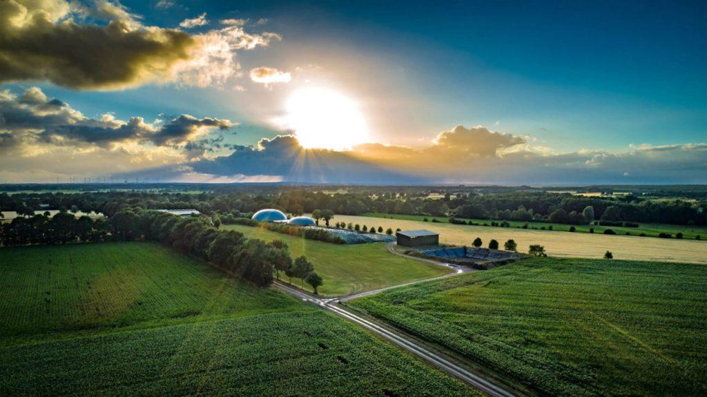 Vy över landskap med insamling av solenergi