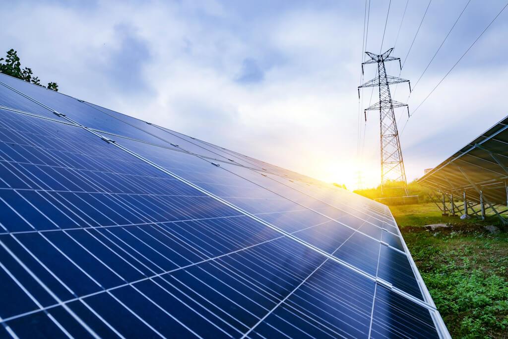 Solpaneler och kraftledning