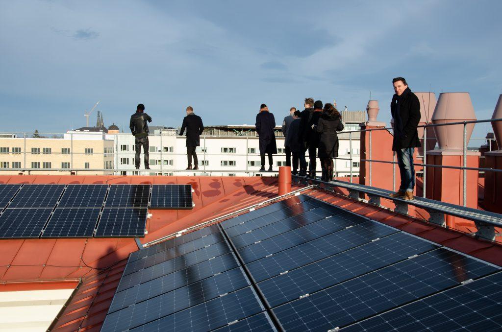 Personer På Tak med solceller